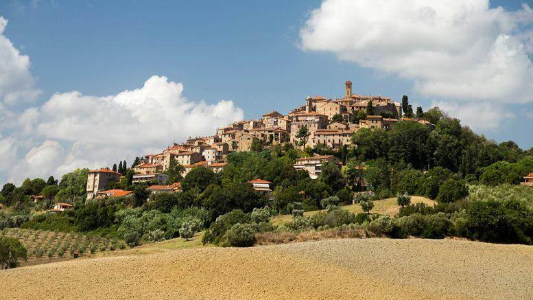 Castelfalfi, tour del borgo antico